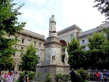 Milano: p.zza alla Scala: monumento a Leonardo