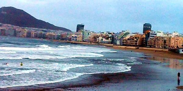 Las Palmas: spiaggia e in fondo la città