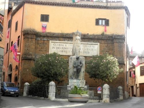 Monumento ai Caduti all'entrata della città