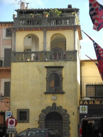 palazzo che si affaccia sulla piazza principale