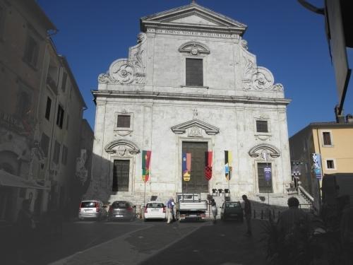facciata della chiesa nella piazza Libertà