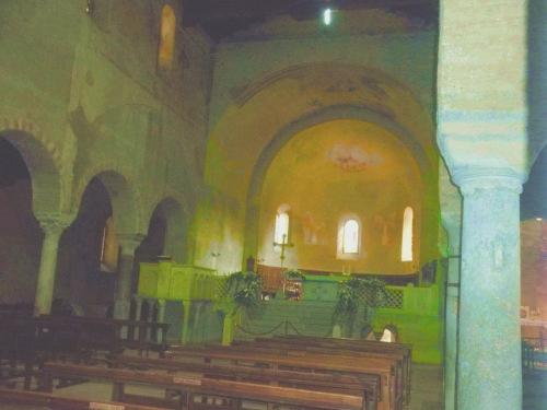navata centrale col pulpito a sinistra