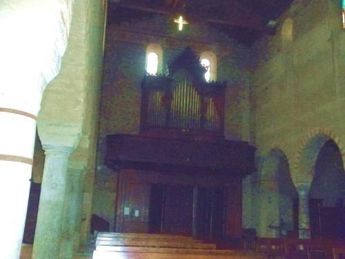 l'organo sopra l'entrata principale