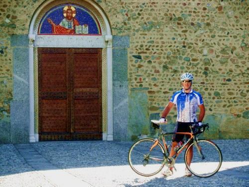 Massimiliano davanti alla facciata